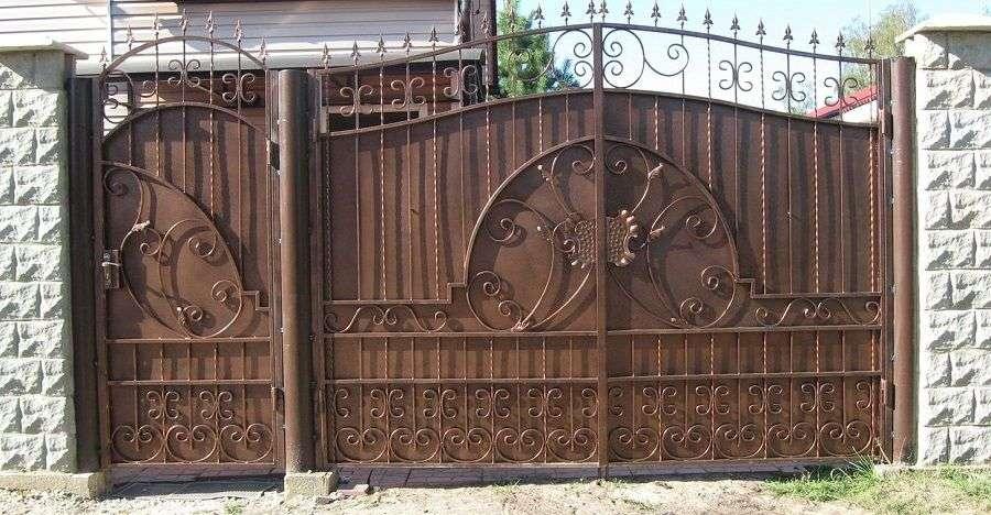 Ковані ворота з хвірткою (35 фото): плюси і мінуси, особливості установки