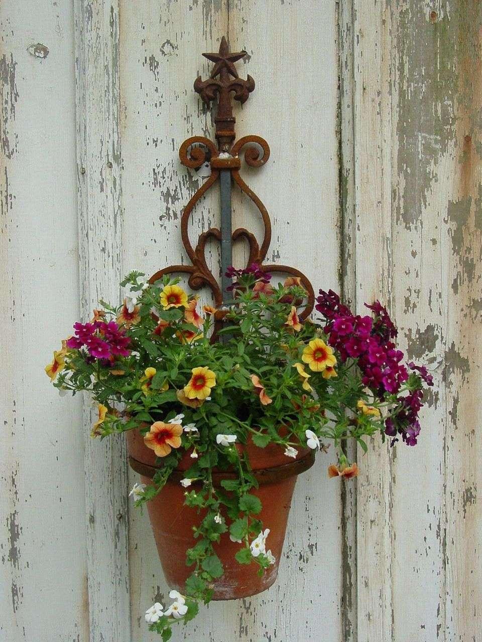 Ковані підставки для квітів (47 фото): гідна опора прекрасного