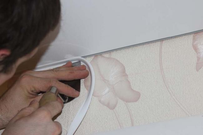 Важливі дрібниці: вибираємо і встановлюємо декоративний шнур для натяжних стель