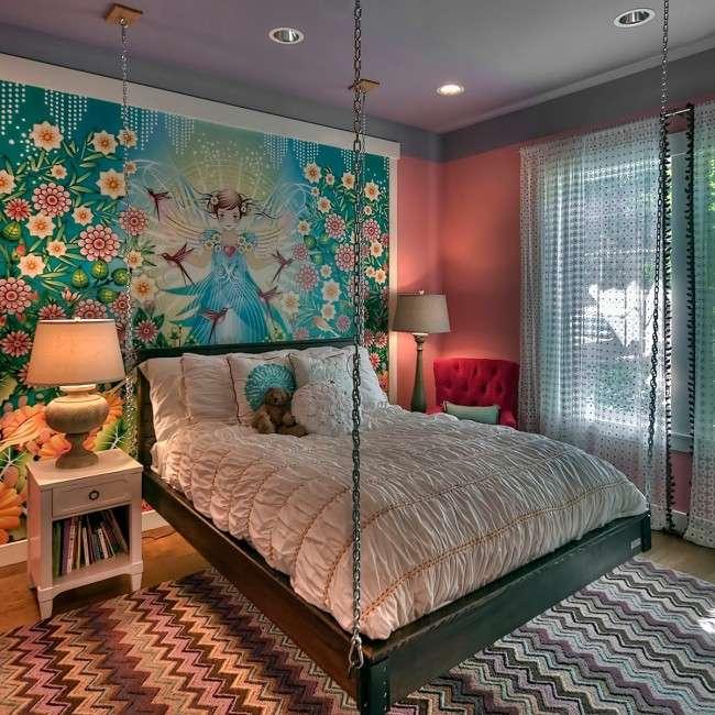 Гостиная и спальня в одной комнате. Кровать на тросах или цепях - необычный выбор, который подойдет как для детской кровати, так и для полутора-двуспальной взрослой. Вес кровати при опускании на ночь переносится на ножки
