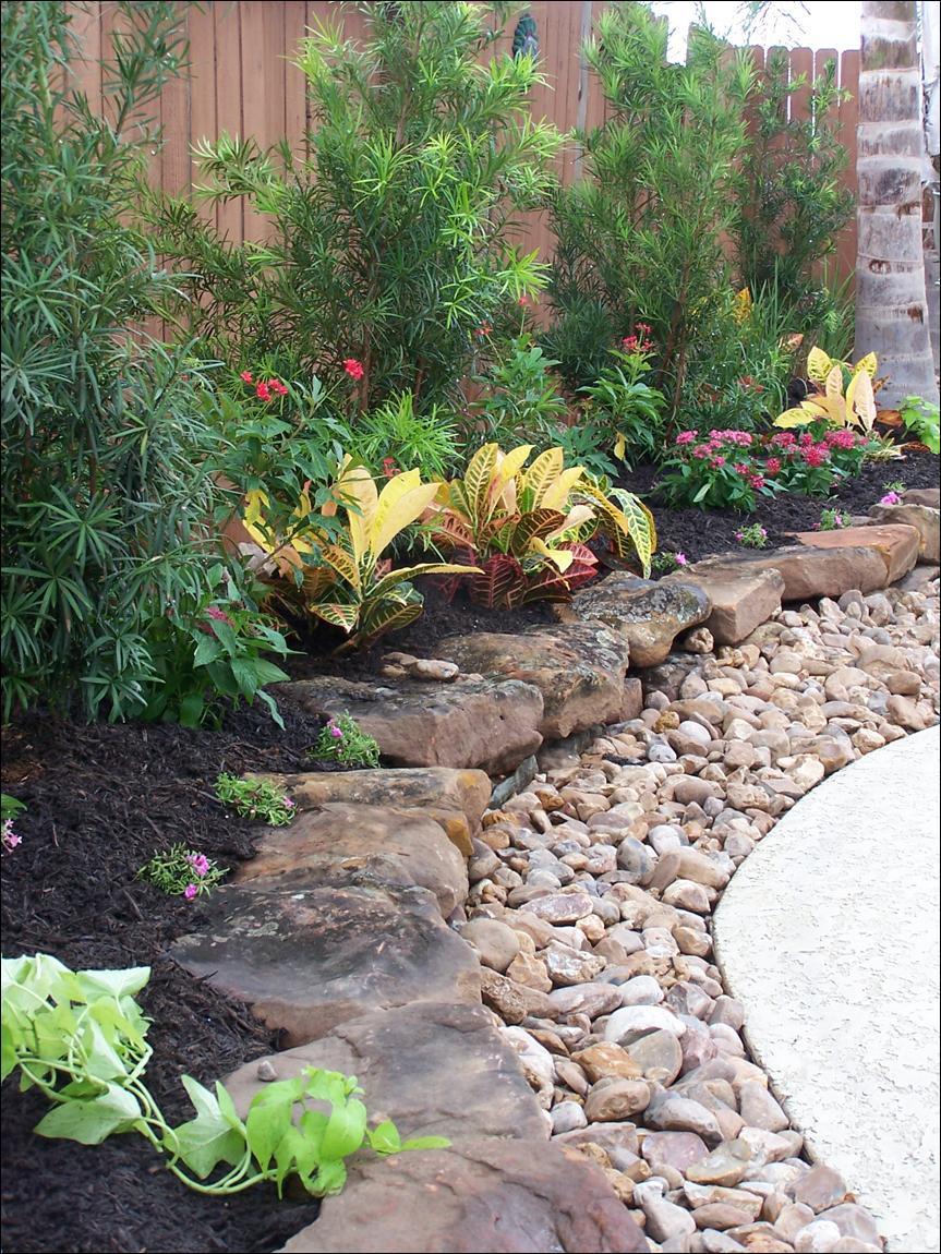 Клумби з каміння для саду: кращі ідеї та поради з декору від ландшафтних дизайнерів
