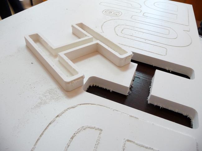 Створюємо ефектний екстерєр: оригінальні таблички для будинку і як їх зробити?